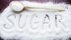 Aufschriftzucker gemacht in Stapel des granulierten Zuckers des Weiß Stockbild