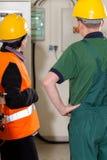 Aufsichtskraft, die mit Arbeitskraft sich berät Lizenzfreie Stockbilder