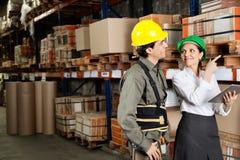 Aufsichtskraft mit Vorarbeiter Pointing At Stock an Stockfoto
