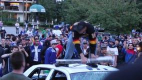 Aufständischertritte und zerstören Polizeiwagenlichtstrahl stock video
