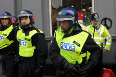 Aufstand-Polizei auf standby an einer Strenge protestiert Stockbild