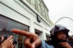 Aufstand-Polizei und Fotograf Stockfotos