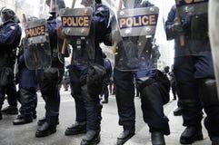 Aufstand-Polizeibeamten, welche die im Stadtzentrum gelegenen Straßen blocken Lizenzfreie Stockfotos