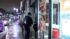 Aufstandoffiziere, die zum Schnellrestaurant gehen stock video footage