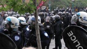 Aufstandoffiziere stehen mit automatischer Feuerwaffe und Gasmasken bereit stock footage