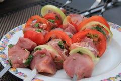 Aufsteckspindeln des Fleisches, der Pilze und der Tomate Lizenzfreies Stockfoto