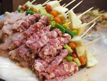 Aufsteckspindeln des Fleisches und der Gewürze für BBQ grillen Lizenzfreies Stockfoto