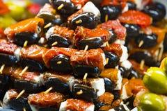 Aufsteckspindeln des Käse- und Meeresfrüchtegemüses auf dem Markt von San Miguel lizenzfreies stockbild