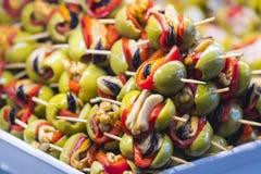 Aufsteckspindeln des Käse- und Meeresfrüchtegemüses auf dem Markt von San Miguel stockfoto