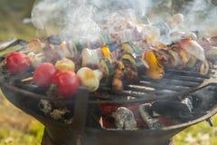 AUFSTECKSPINDELN-FLEISCH UND GEM?SE GER?UCHERTE GRILL-NAHRUNG Gartenfest stockfoto