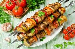 Aufsteckspindeln von Schweinefleisch und von Gemüse Grillendes Mittagessen Stockfotografie