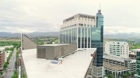 Aufsteigen die Kante eines einzigartigen Gebäudes in Boise mit Ansicht der Landeshauptstadt stock video
