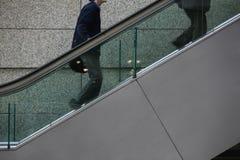 Aufsteigender mittlerer Abschnitt der Rolltreppe der internationalen Männer Forums zwei Japans Tokyo Tokyo Lizenzfreies Stockfoto