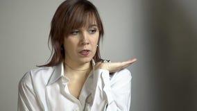 Aufstellung der jungen Frau stock footage