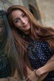 Aufstellung der jungen Frau Stockfoto