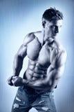 Aufstellung des Bodybuilders Stockfotografie