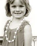 Aufstellung des kleinen Mädchens lizenzfreies stockbild