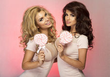Aufstellung mit zwei hübsche Mädchen stockfotos