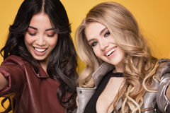 Aufstellung mit zwei moderne Mädchen Lizenzfreie Stockbilder