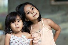 Aufstellung mit zwei philippinische Schwestern Lizenzfreies Stockbild