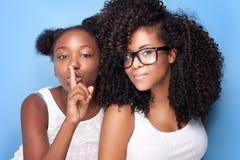 Aufstellung mit zwei schöne junge Schwestern Lizenzfreie Stockfotos