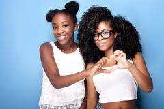 Aufstellung mit zwei schöne junge Schwestern Stockfotos