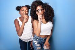 Aufstellung mit zwei schöne junge Schwestern Stockbild