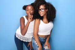 Aufstellung mit zwei schöne junge Schwestern Stockbilder