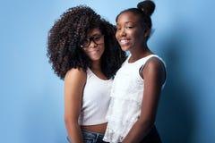 Aufstellung mit zwei schöne junge Schwestern Stockfoto