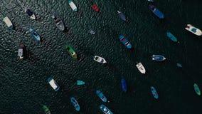 Aufstieg über den vielen verankerten Booten vor der Küste Las Teresitas, Teneriffa, Canaries, Spanien Gefilmt mit verschiedenen G stock video footage