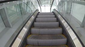 Aufstieg auf der Rolltreppe stock footage