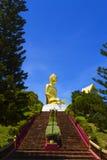 Aufstieg zu goldenem großem Buddha Stockfotografie
