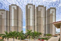 Aufstiegseigentumswohnungs-Gebäudeluxusgruppe Floridas hohe Lizenzfreie Stockfotografie