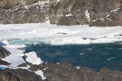 Auftauen des Eises auf dem Fluss im Vorfrühling Stockfotografie