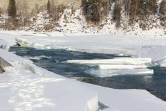Auftauen des Eises auf dem Fluss im Vorfrühling Stockbilder