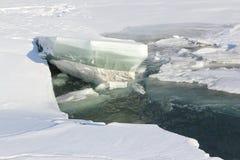 Auftauen des Eises auf dem Fluss im Vorfrühling Stockfotos