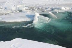 Auftauen des Eises auf dem Fluss im Vorfrühling Lizenzfreie Stockbilder