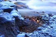Auftauenwinter-Flussfelsen Stockfoto