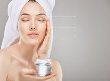 Auftragen der kosmetischen Creme Lizenzfreie Stockfotos
