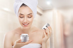 Auftragen der kosmetischen Creme Lizenzfreie Stockbilder