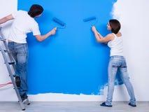 Auftragen der Wand durch junge Paare lizenzfreie stockfotos