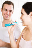 Auftragende Zähne der Paare im Badezimmer Stockfotografie