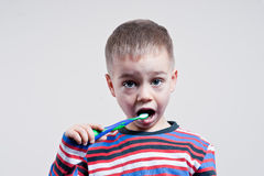 Auftragende Zähne des jungen Jungen Stockbild
