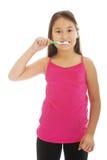 Auftragende Zähne des kleinen Mädchens Stockfotografie