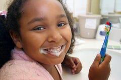 Auftragende Zähne des Mädchens Lizenzfreie Stockbilder
