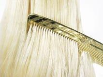 Auftragendes glänzendes langes blondes Haar Lizenzfreie Stockbilder