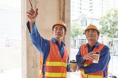 Auftragnehmer, der Baustelle zeigt lizenzfreies stockbild