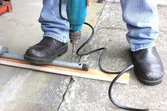 Heimwerker, der Bohrgerät verwendet lizenzfreies stockbild
