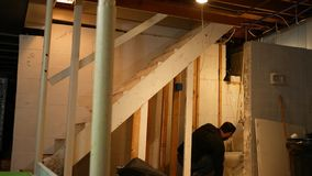 Auftragnehmer oder Klempner betrachtet undichte Toilette während eines Hauses umgestalten stock video footage