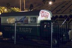Auftritt von Autos von Anhängern und von Haube Raluy-Zirkus, auf der Abendstraße im Hafen der Stadt Stockfotos